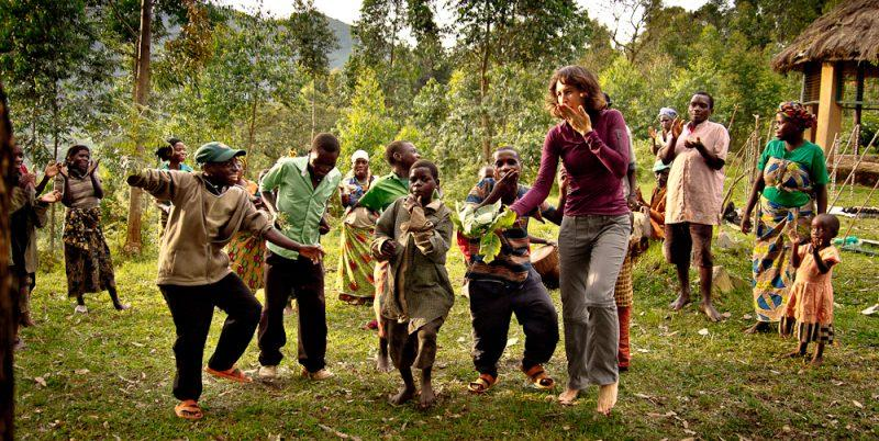 tourist-enjoying-with-the-batwa-people